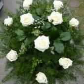 Wiązanka z kwiatów żywych w gąbce florystycznej; wielkość: średnia; róża kremowa (Avalanche), podkład jodłowy, zieleń dekoracyjna.