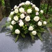 Kompozycja z kwiatów żywych w plastikowej misie; wielkość: bardzo duża; róża kremowa (Avalanche), goździk gałązkowy rózowy, chryzantema gałązkowa zielona (Santini), podkład jodłowy, zieleń dekoracyjna.