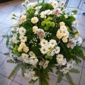 Wiązanka z kwiatów żywych w gąbce florystycznej; wielkość: duża; margarytka biała (Bacardi), storczyk biały (Cymbidium), margarytka zielona (Santini), goździk gałązkowy kremowy, zieleń dekoracyjna.