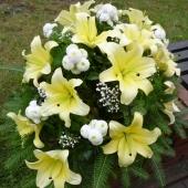 Wiązanka z kwiatów żywych w gąbce florystycznej; wielkość: duża; lilia kremowa, margarytka biała, zieleń dekoracyjna.