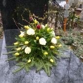 Wiązanka z kwiatów żywych w gąbce florystycznej; wielkość: duża; tulipan żółty, róża kremowa (Avalanche), podkład jodłowy, zieleń dekoracyjna.