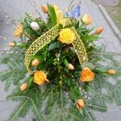 Wiązanka z kwiatów żywych w gąbce florystycznej; wielkość: średnia; tulipan pomarańczowy, róża pomarańczowa (Marie Claire), podkład jodłowy, zieleń dekoracyjna.