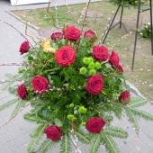 Wiązanka z kwiatów żywych w gąbce florystycznej; wielkość: duża; róża czerwona (Ren Naomi), margarytka zielona (Santini), zieleń dekoracyjna.
