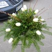 Wiązanka z kwiatów sztucznych w gąbce florystycznej; wielkość: średnia; tulipan żółty, podkład jodłowy, zieleń dekoracyjna.