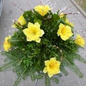 Wiązanka z kwiatów sztucznych w gąbce florystycznej; wielkość: średnia; żonkil żółty, podkład jodłowy, zieleń dekoracyjna.