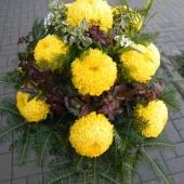 Kompozycja sezonowa z kwiatów żywych w gąbce florystycznej; wielkość: duża; 12 żółtych chryzantem, podkład jodłowy, zieleń dekoracyjna.