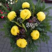 Wiązanka sezonowa z kwiatów żywych na gąbce florystycznej; wielkość: średnia; 7 żółtych chryzantem, podkład jodłowy, zieleń dekoracyjna.