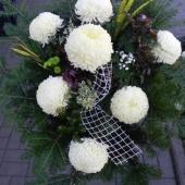 Wiązanka sezonowa z kwiatów żywych na gąbce florystycznej; wielkość: średnia; 7 perłowych chryzantem, podkład jodłowy, zieleń dekoracyjna.