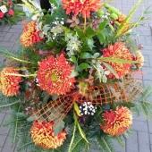 Kompozycja sezonowa z kwiatów żywych na gąbce florystycznej; wielkość: duża; 12 złotych chryzantem, podkład jodłowy, zieleń dekoracyjna.