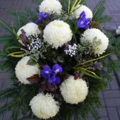 Wiązanka sezonowa z kwiatów żywych na gąbce florystycznej; wielkość: średnia; 8 perłowych chryzantem, irysy, podkład jodłowy, zieleń dekoracyjna.