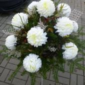 Kompozycja z kwiatów sztucznych, wielkość: duża, białe chryzantemy sztuczne, podkład jodłowy, zieleń dekoracyjna.